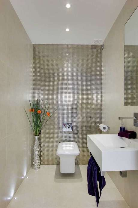 59. Revestimento metalizado para decoração de banheiro social – Foto: Pinterest