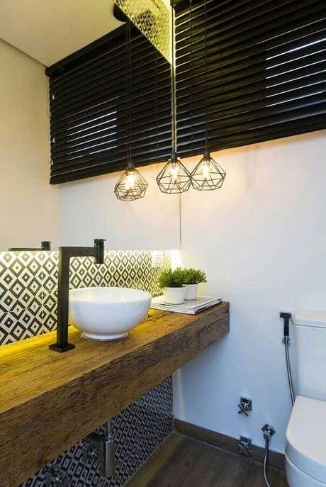 42. Decoração simples com pendente para banheiro social com bancada de madeira – Foto: Home Fashion Trend