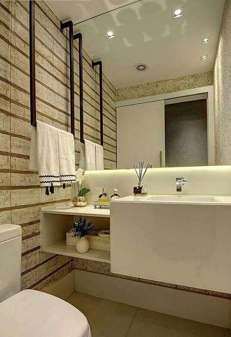 47. Papel de parede listrado para decoração de banheiro social planejado – Foto: Veia Arquitetônica