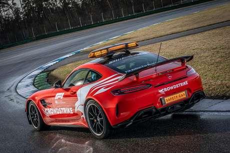Mercedes-AMG GT R tem 585 cavalos de potência.