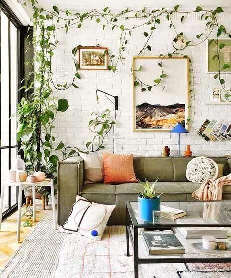 52. Decoração de sala branca com parede tijolinho branco e sofá verde oliva moderno – Foto: Jono Fleming