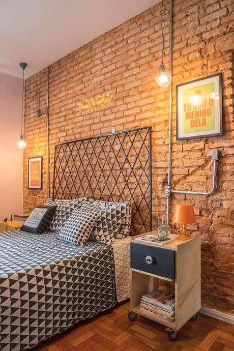 30. Quarto com papel de parede rustico de tijolinho marrom – Foto Perfeita Ordem