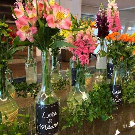 64. Modelo de garrafas personalizadas para compor a decoração simples de noivado – Foto: Tableau by Lu Sallum
