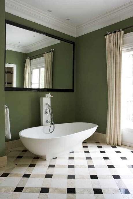11. Decoração verde oliva para parede de banheiro com banheira pequena – Foto: Houzz