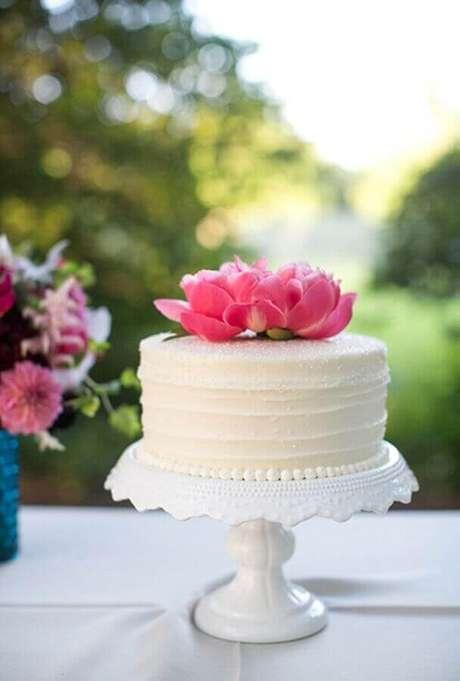20. Utilize flores para a decoração do topo do bolo de noivado simples – Foto: Air Freshener