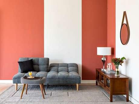 9. Pintar as paredes e os móveis ajuda a dar uma cara nova à sua sala gastando zero ou pouco dinheiro. Fonte: Mobly