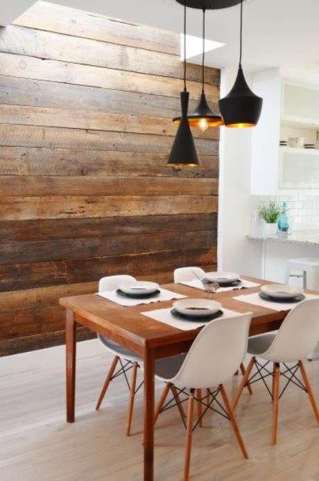 46. Papel de parede rustico de madeira na sala de estar – Foto Grey Galantine