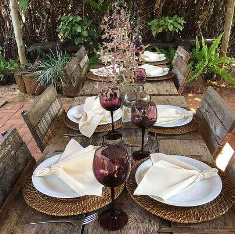 66. Decoração rústica para mesa de convidados em festa de noivado – Foto: Câsa Dois Festas