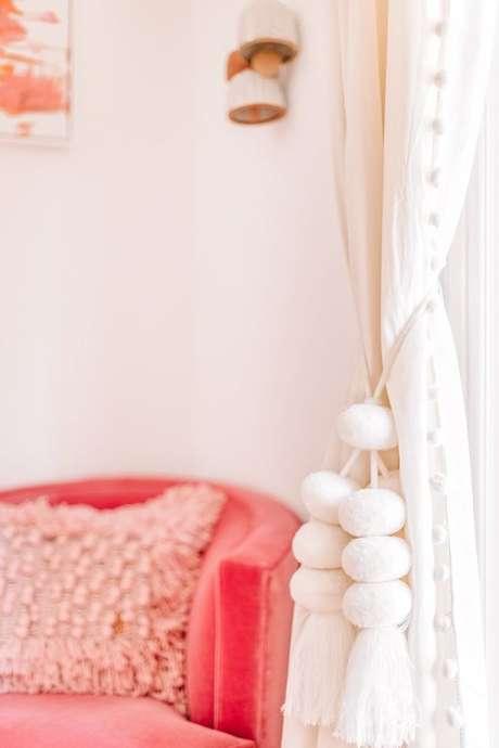 44. Poltrona cor coral para sala de estar Foto Studio DIY