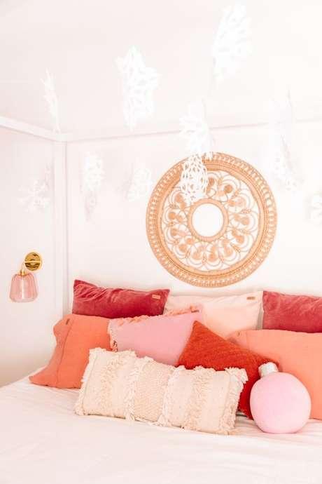 62. Almofadas cor coral no quarto branco – Foto Studio DIY
