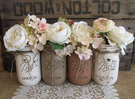 59. Decoração simples de noivado com potes de vidro como delicados e rústicos vasinhos de flores – Foto: Wedding Decorations Referance