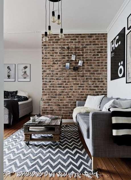 5. Sala de estar com papel de parede rustico – Foto Planete