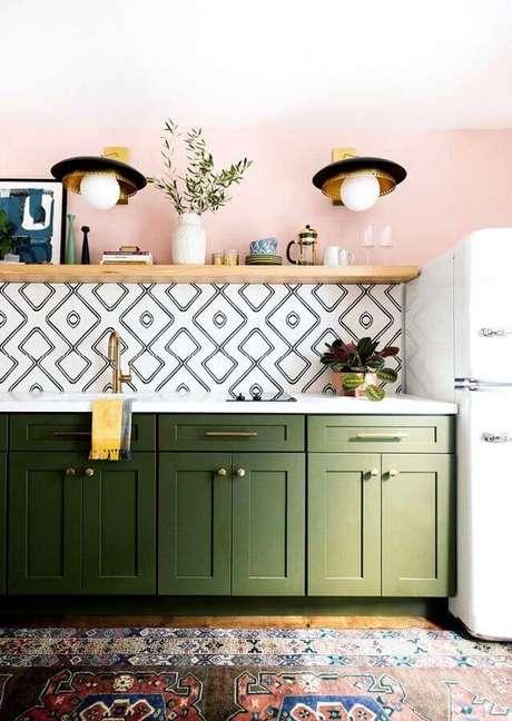 30. Cozinha simples decorada com prateleira de madeira e armário verde oliva – Foto: Pinterest