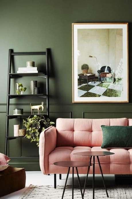 3. Parede verde oliva para decoração de sala com sofá rosa – Foto: Côté Maison