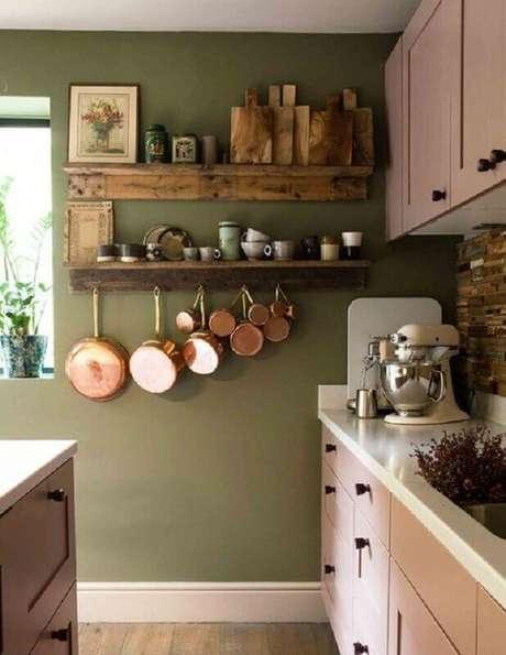 17. Decoração simples para cozinha com prateleiras rústicas e parede verde oliva – Foto: The Nordroom