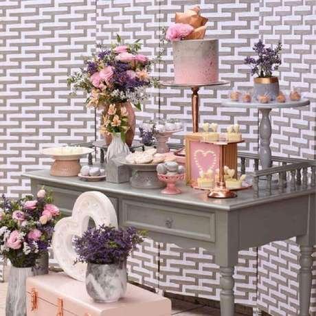 47. Decoração simples de noivado cinza e rosa com detalhes modernos – Foto: Marcela Santos