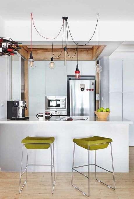 29. Cozinha americana branca decorada com banqueta verde oliva moderna – Foto: Apartment Therapy