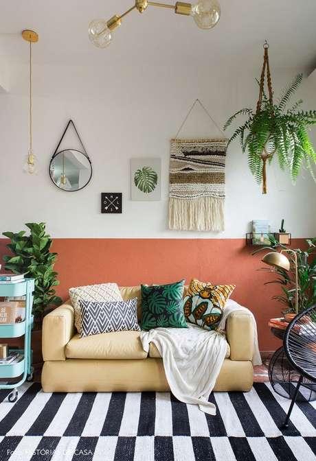 55. Sala de estar cor coral e moderna – Foto Historias de casa