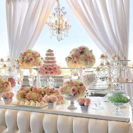 43. Decoração clássica para noivado simples com vários arranjos de flores brancas e rosas- Foto: Bizzie Bee Creations by Iris