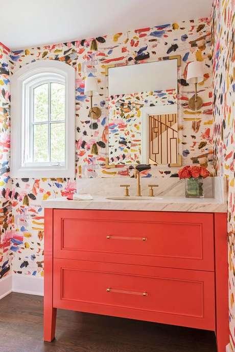 38. Gabinete cor coral com papel de parede colorido – Foto Living After Midnite
