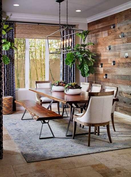 2. Sala de jantar com papel de parede rustico de madeira – Foto Homebunch