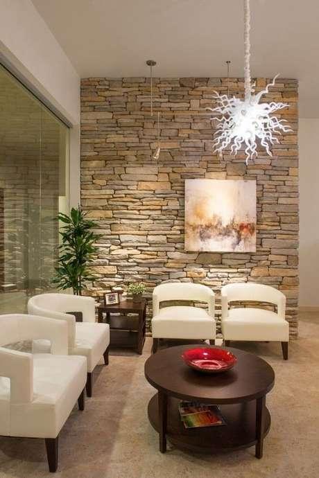 17. Sala de estar com papel de parede rustico – Foto Chiropractic Office Design
