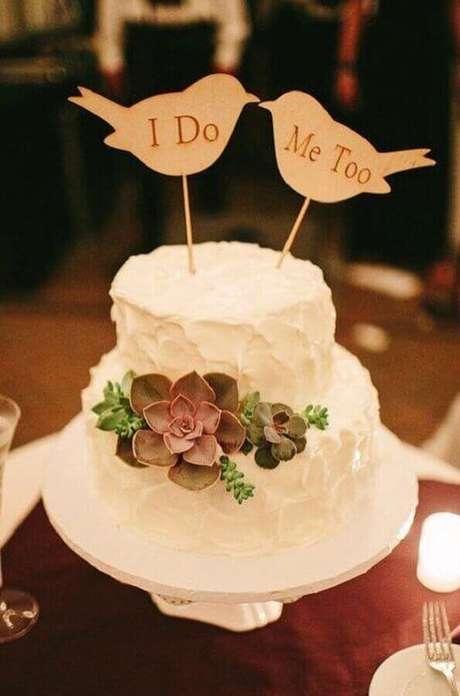22. O casal de passarinhos no topo do bolo de noivado simples ficou super charmoso e divertido – Foto: Pinterest