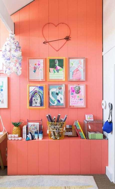 28. Decoração na cor coral e quadros coloridos – Foto Pinterest