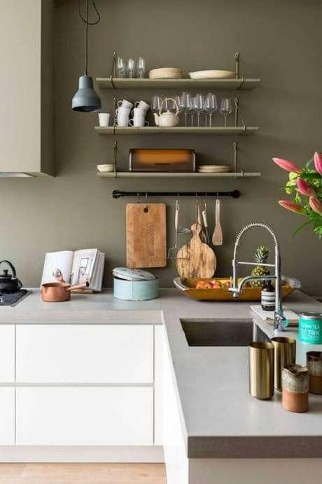57. Decoração de cozinha branca com tinta verde oliva para parede – Foto: Habitissimo