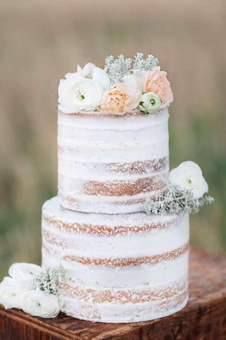21. Lindo bolo de noivado simples decorado com flores – Foto: Shauna Veasey