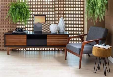 3. Trocar tudo de lugar ou se desfazer de móveis que não fazem mais sentido no espaço ajuda a decorar a sala gastando zero ou pouco dinheiro. Fonte: Mobly