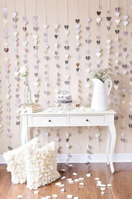 33. Uma ideia bem legal para decoração simples de noivado é investir em um cortinha de corações como painel – Foto: Yandex