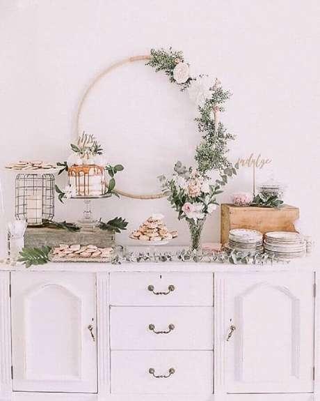 51. Decoração romântica para noivado simples com arranjos de flores e caixote de madeira – Foto: Pinterest