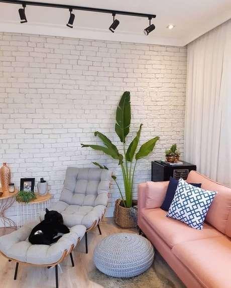 26. Sala com papel de parede rustico de tijolinho – Foto Arkpad
