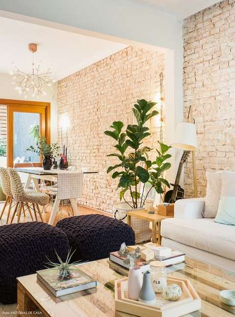 15. Sala de jantar e estar com papel de parede rustico – Foto Fashionismo