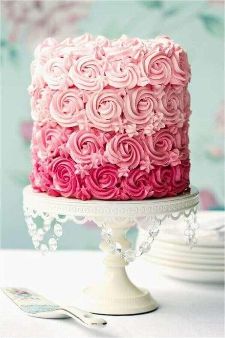 18. Lindo bolo de noivado simples rosa degradê – Foto: Weddbook