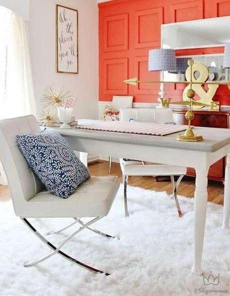 34. Escritório com parede cor coral – Foto Pinterest