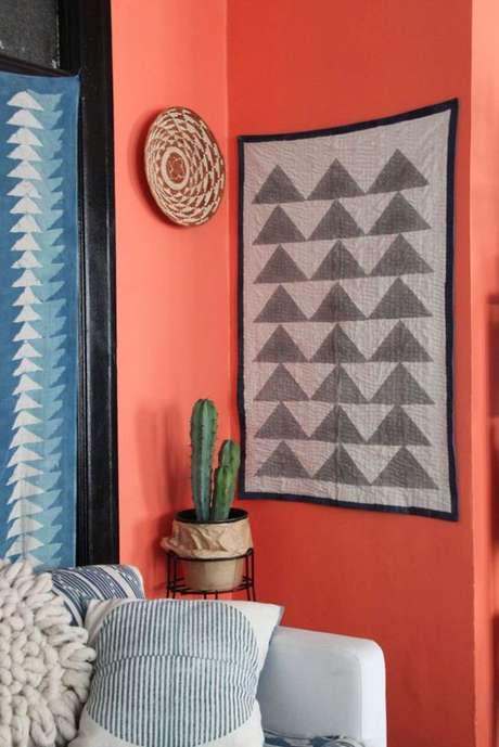 27. Decoração moderna cor coral na sala de estar – Foto Pinterest