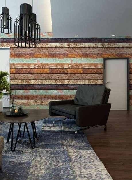 16. Sala de estar com papel de parede rustico que imita madeira -Foto Pinterest