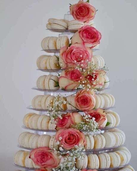 42. Decoração de noivado simples com prato de macarons decorado com rosas – Fi