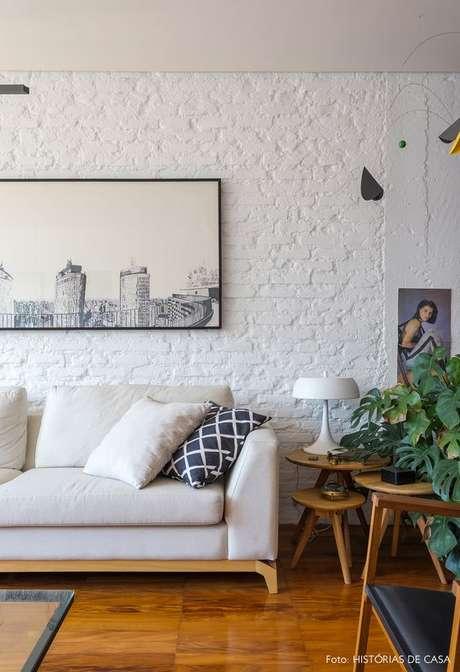 6. Sala clean com papel de parede rustico tijolinho branco – Foto Historias de Casa