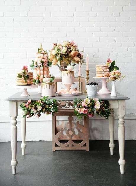 49. Aqui a decoração simples de noivado ganhou detalhes romântico com as folhagens e flores – Foto: Pesona Pengantin