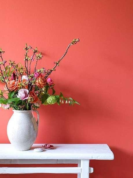 5. Parede cor coral com vaso de flores – Foto Simplichique