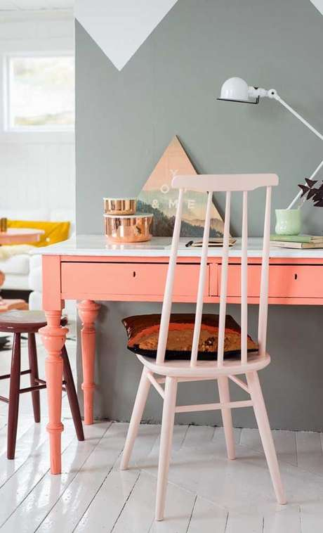 37. Escrivaninha cor coral com parede cinza – Foto Pinterest