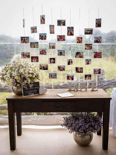 15. Elabore um lindo painel de fotos para compor a decoração de noivado simples – Foto: Organizando Meu Casamento