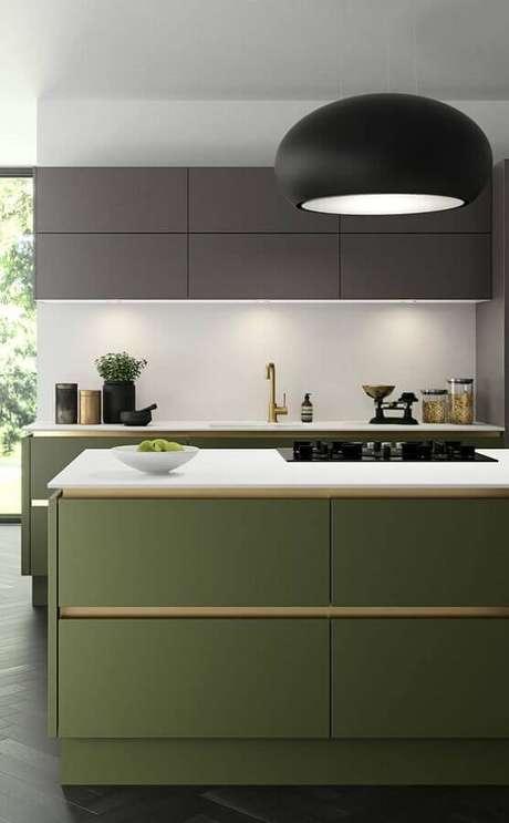 15. Decoração de cozinha moderna com luminária preta e ilha verde oliva planejada – Foto: Home Designs