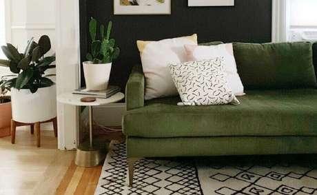 53. Sofá verde oliva para sala decorada com tapete escandinavo – Foto: Cassie Johs