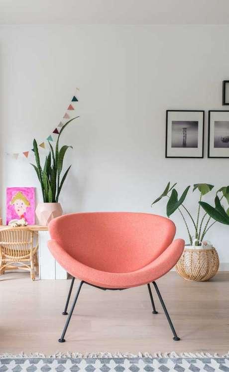 45. Poltrona cor coral para decoração moderna – Foto Pinterest