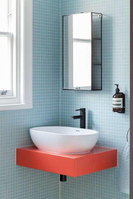8. Banheiro azul com bancada coral – Foto Pufik Homes