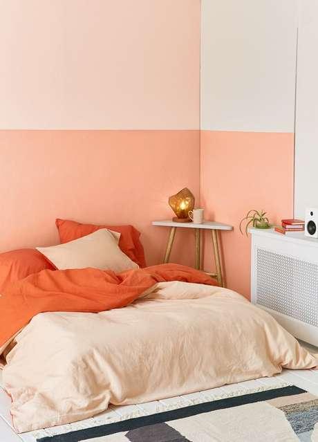 17. Cor coral na parede e roupa de cama do quarto moderno – Foto Urban Outifitteres